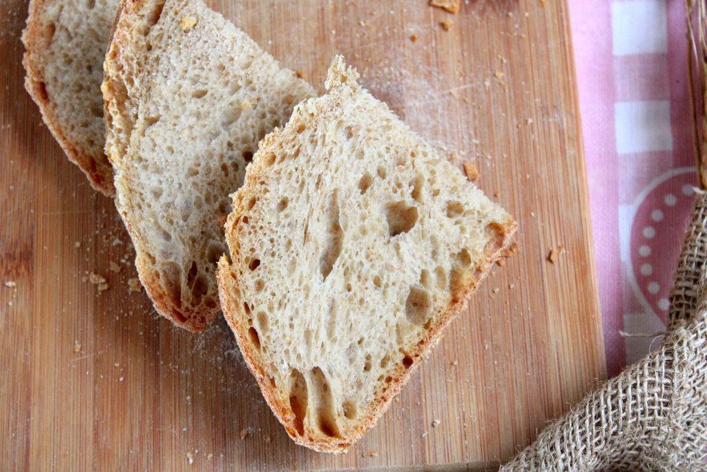 primo piano della fetta di pane con farine miste