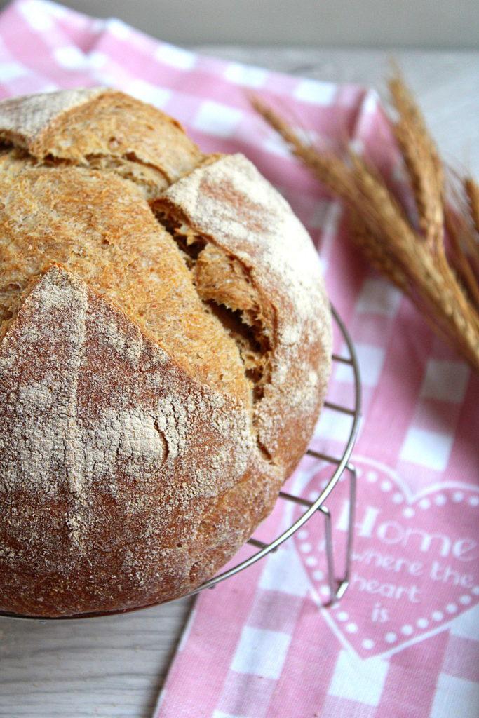 il pane con farine miste che raffredda sulla griglia