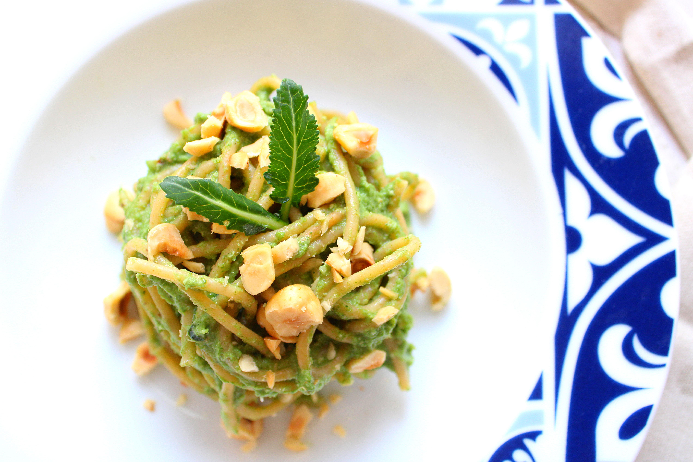 gli spaghetti con crema di broccoli e noci con nocciole tostate